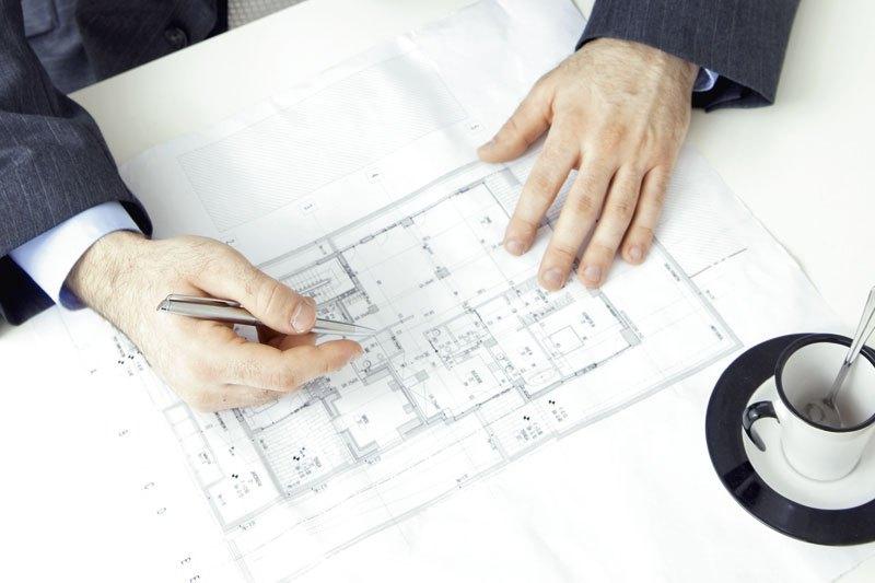 Planer zeichnet Wohnungsgrundriss